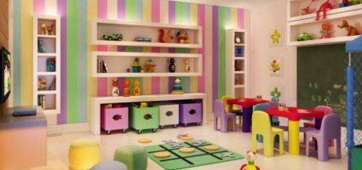 Uma parede colorida ajuda a deixar o ambiente ainda mais lúdico e vibrante