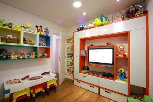 Painel de TV, nichos na parede, mesinha no canto: um exemplo perfeito de brinquedoteca em casa