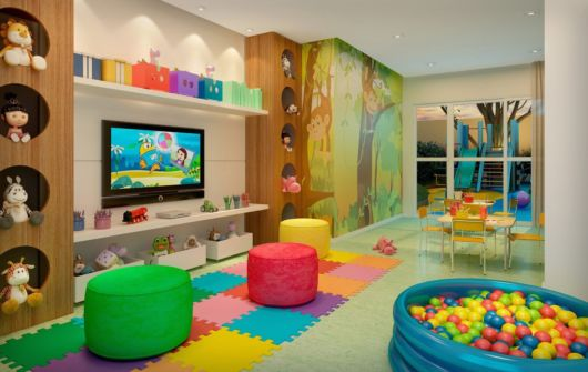 Você pode se inspirar em um tema para decorar sua brinquedoteca, como floresta, mar, etc.