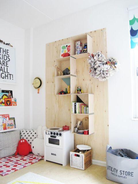 Os nichos e os móveis de madeira são perfeitos para guardar os materiais e diversos objetos