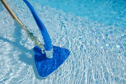 De acordo com especialistas, a aspiração da piscina pode ser realizada de duas formas