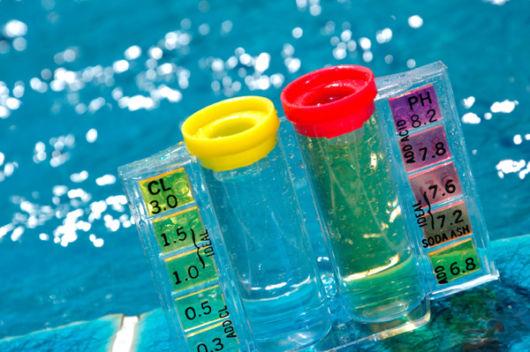 Em primeiro lugar, é essencial contar com materiais e produtos específicos para a limpeza da piscina