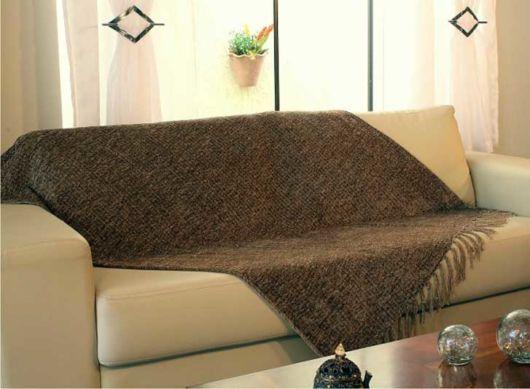sofá bege com manta