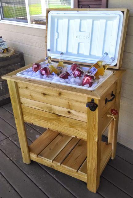 Na verdade, as bebidas e o gelo ficam em uma caixa térmica acoplada na estrutura de madeira