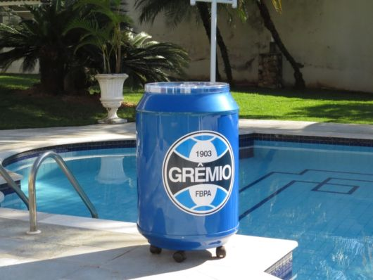 Um cooler com rodinhas personalizado para os fãs de times de futebol