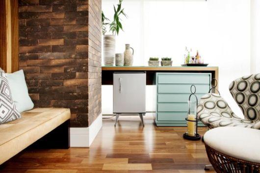 O frigobar retrô embaixo de um balcão, sem ocupar espaço na sala