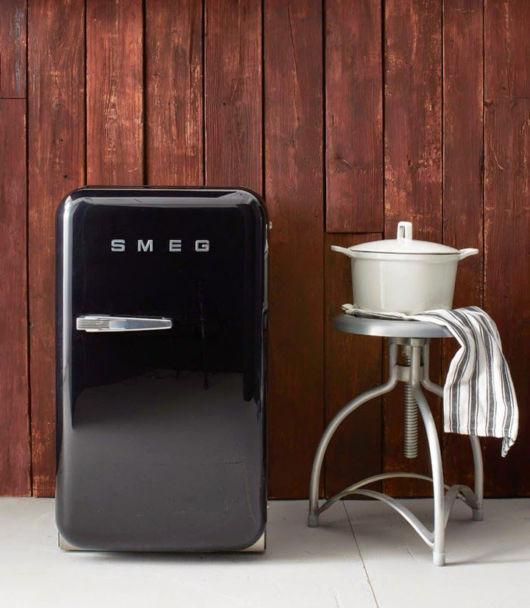 Um aspecto luxuoso quando o frigobar preto combina com a parede rústica