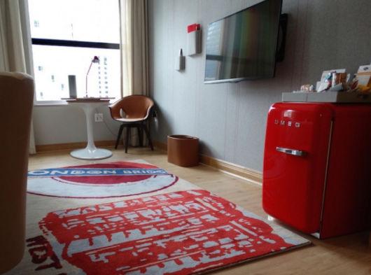 Sem dúvidas, o frigobar vermelho é capaz de deixar a decor da sua sala impecável