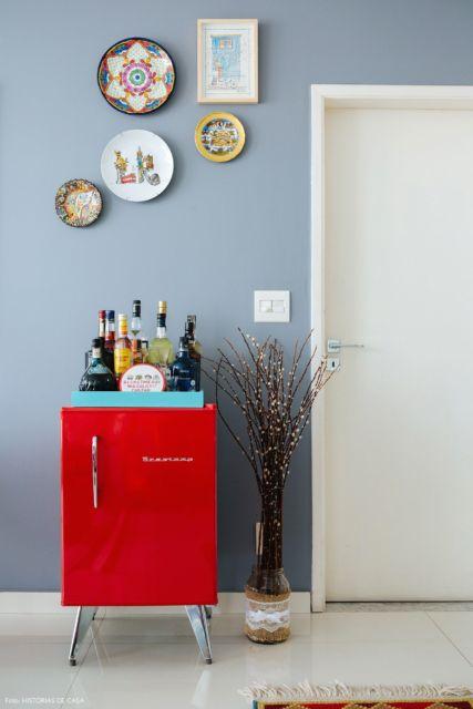 Bom gosto e boa ideia ao deixar a bandeja com bebidas em cima do frigobar retrô