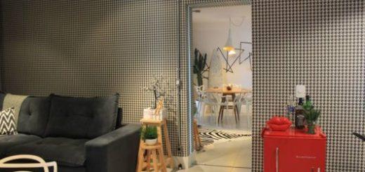 O frigobar retrô vermelho se destaca em meio à decoração minimalista
