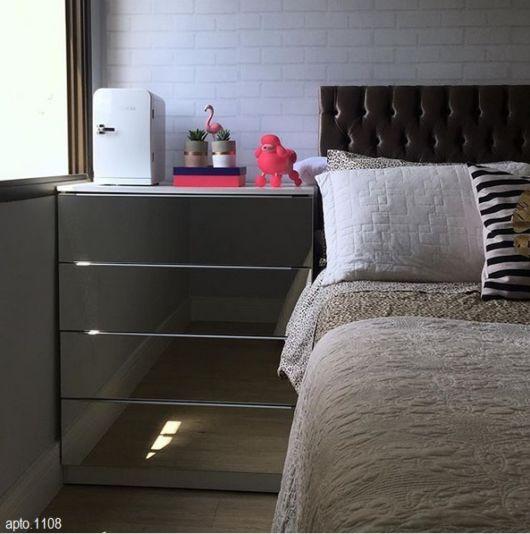 quarto com mini refrigerador