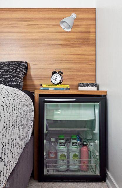modelo com porta de vidro no quarto