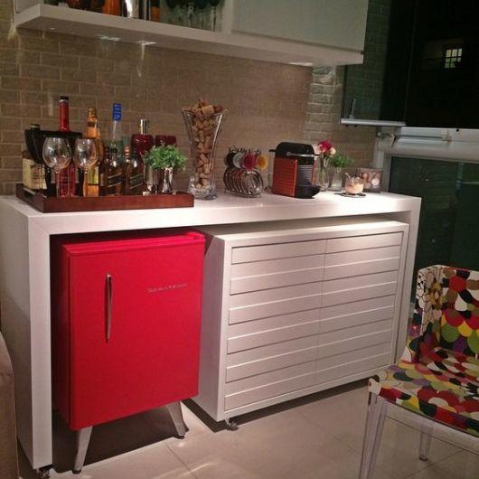 decoração com frigobar vermelho