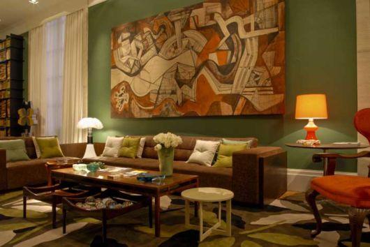 Se a base é verde - como na parede - você pode aproveitar para utilizar adereços decorativos de outros tons