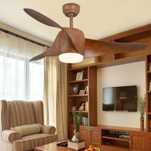 sala com ventilador moderno de madeira