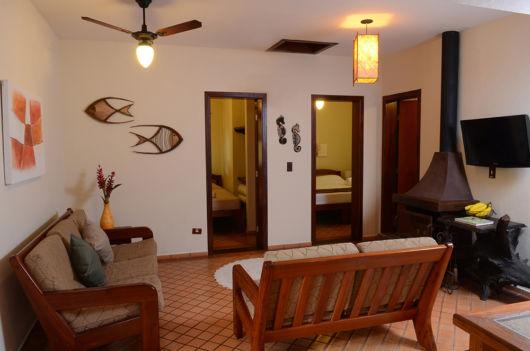 sala com sofá de madeira
