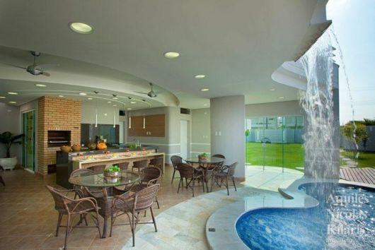 espaço sofisticado com piscina e churrasqueira