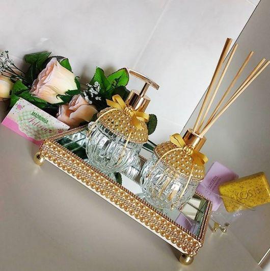 modelo dourado com pérolas