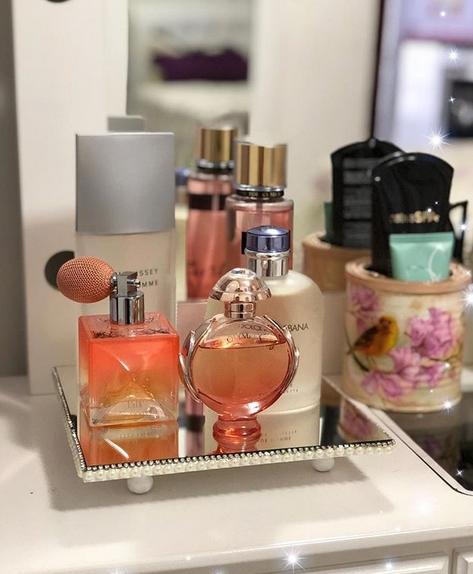 bandeja pequena com perfumes