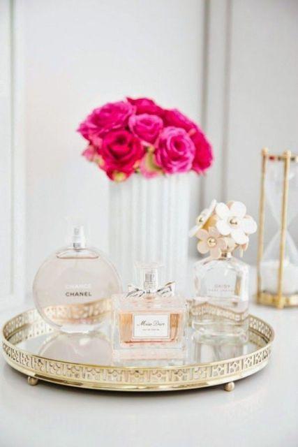 bandeja redonda com perfumes