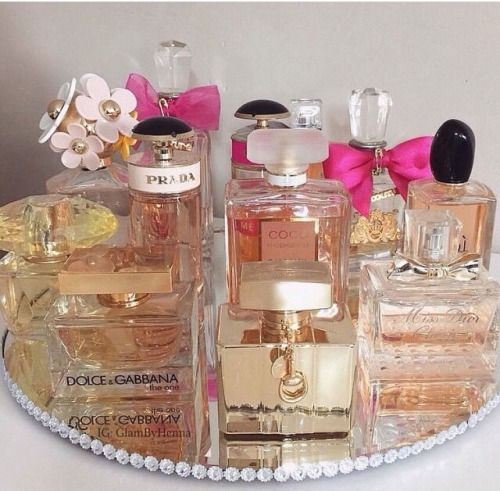bandeja redonda simples com perfumes