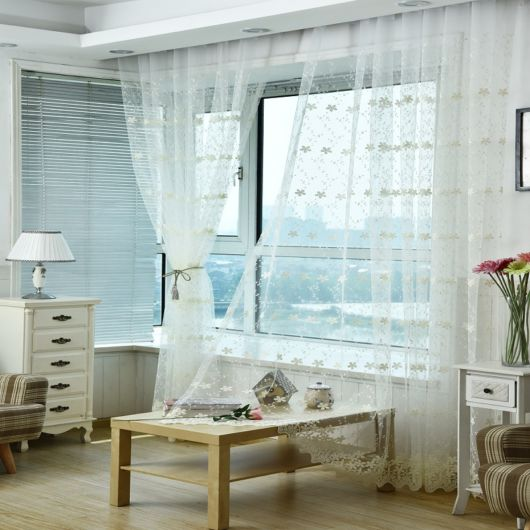 sala com cortineiro