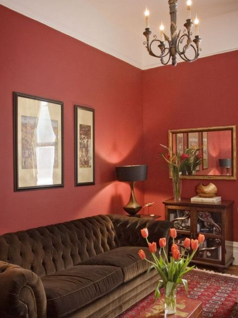sala com parede vermelha