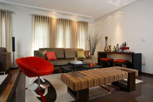sala marrom e vermelha