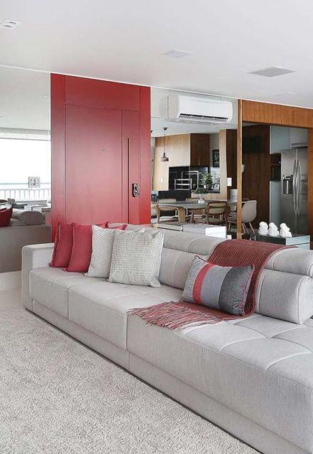 sala com porta colorida