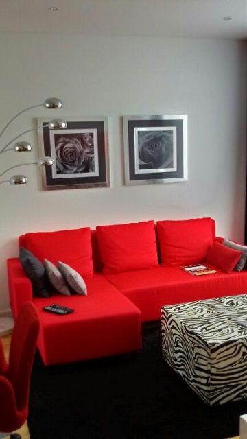 sala com sofá vermelho pequeno