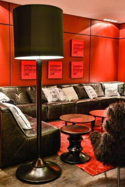 sala preta e vermelha