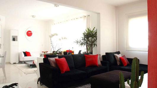 sala com sofá preto