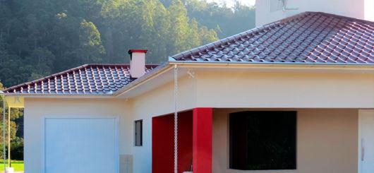 casa com telhado marrom