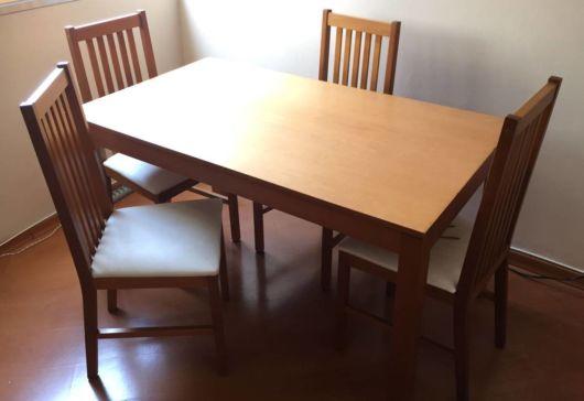 Mesa com quatro cadeiras de madeira maciça