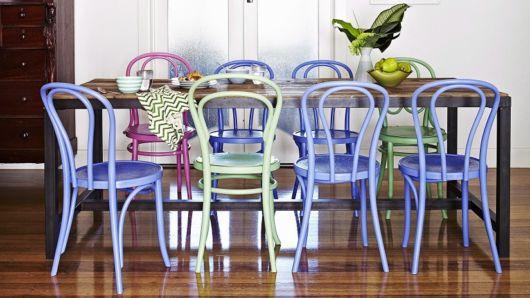 Decoração com cadeiras coloridas