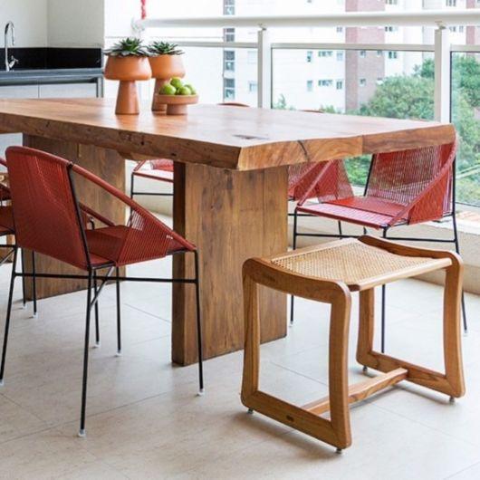 Composição de mesa de madeira maciça com cadeira moderna