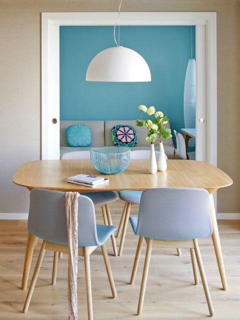 Sala de jantar de madeira quadrada com cadeiras azuis claras