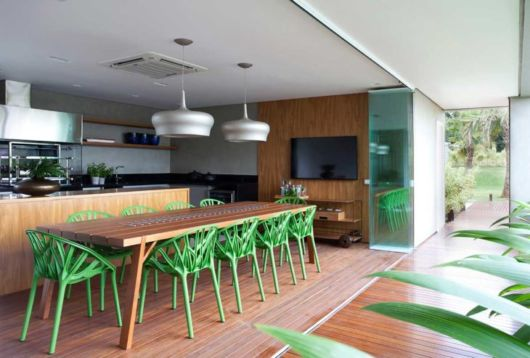 Mesa de madeira com cadeiras verdes