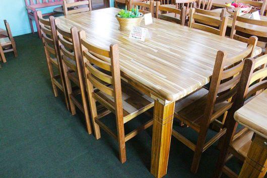 As cadeiras de madeira maciça oferecem ótimo custo x benefício