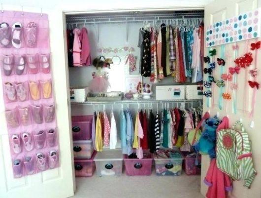 closet suspenso em quarto de mulher