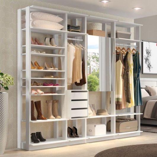 closet suspenso em decoração de quarto de mulher