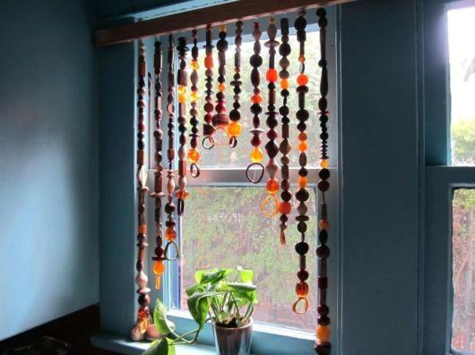 cortinas artesanais feitas com miçangas de diversas cores