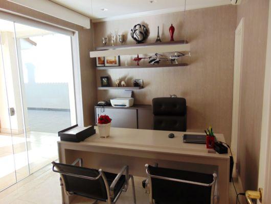 Móveis e revestimentos de madeira valorizam a decoração do escritório