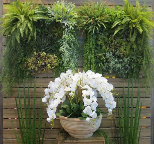 Modelo de jardim vertical com flores e plantas artificiais