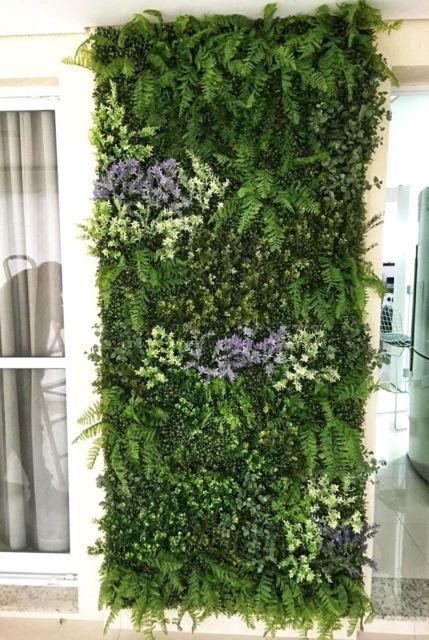 Modelos de jardins verticais com flores e plantas artificiais