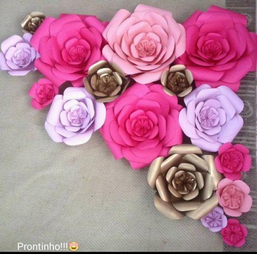 Faça rosas gigantes com papeis de diversas cores