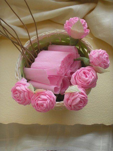 Rosas bem clarinhas de papel crepom