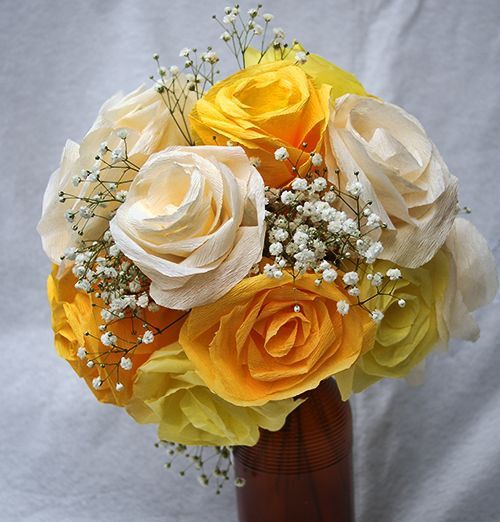 Rosas amarelas de papel crepom