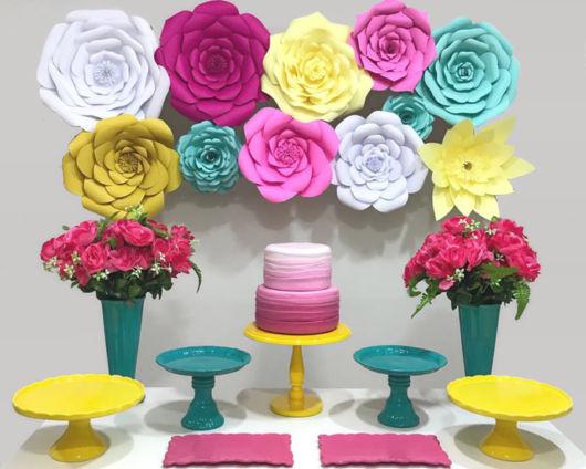 Festa decorada com rosas gigantes coloridas