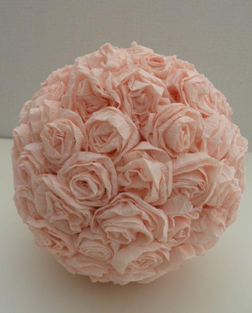 Sugestão de bola de rosas feitas com papel crepom